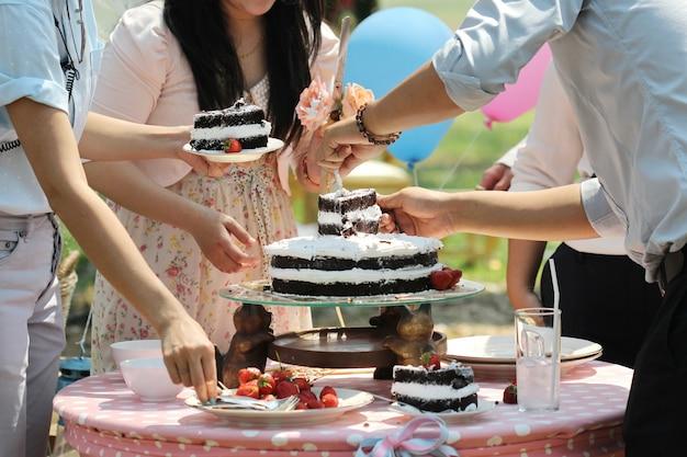 Erdbeere auf dem schokoladenkuchen im freien, hochzeitstorte