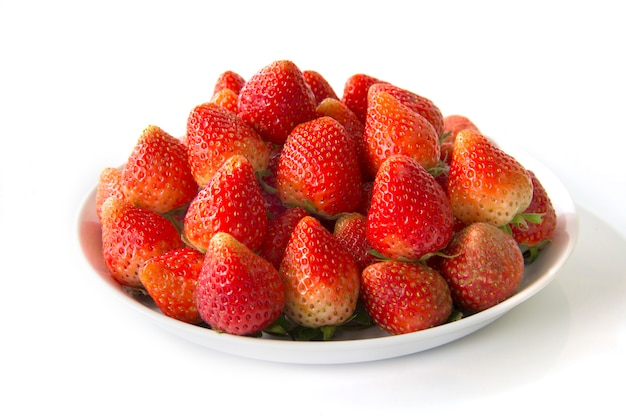 Erdbeere auf der weißen platte lokalisiert auf weißem hintergrund