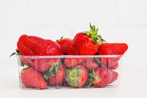 Erdbeere auf einem hellen hintergrund, hässliche frucht