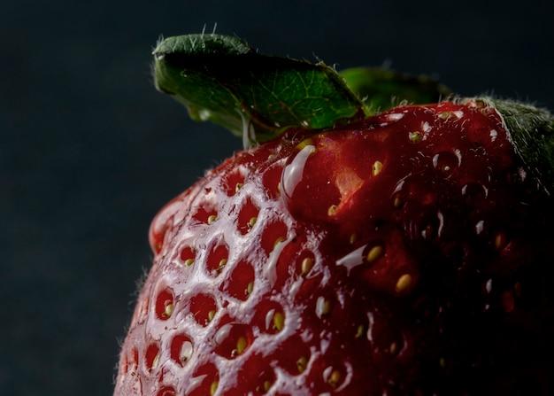 Erdbeere auf einem schwarzen hintergrund
