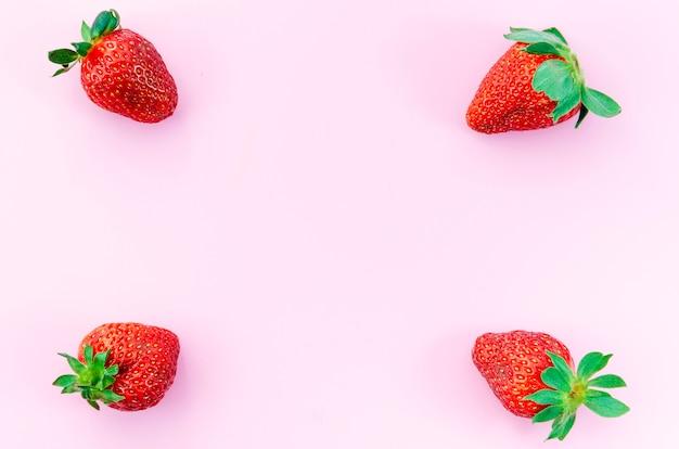 Erdbeere auf hellem hintergrund