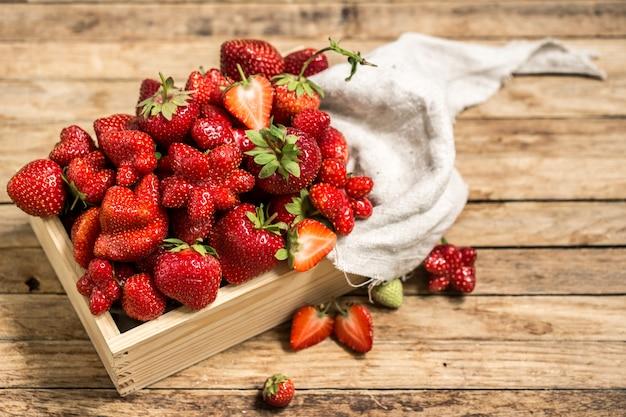 Erdbeere auf holztisch