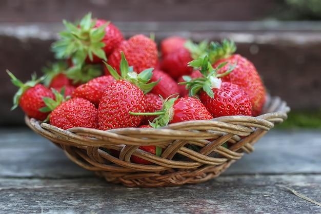 Erdbeere auf rustikalem holzhintergrund