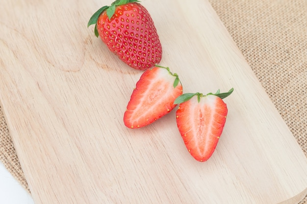 Erdbeere auf rustikaler hölzerner platte