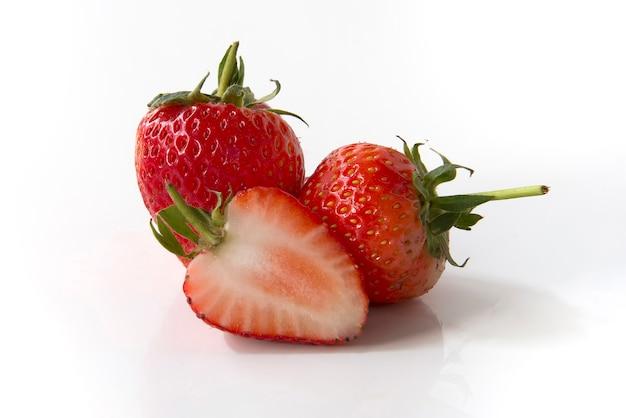 Erdbeere getrennt auf weißem hintergrund