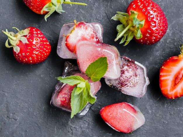 Erdbeere in eiswürfeln