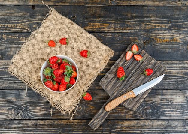 Erdbeere in schüssel mit messer