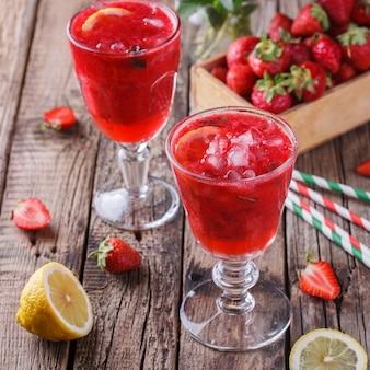 Erdbeere, kalter saft aus frischen beeren