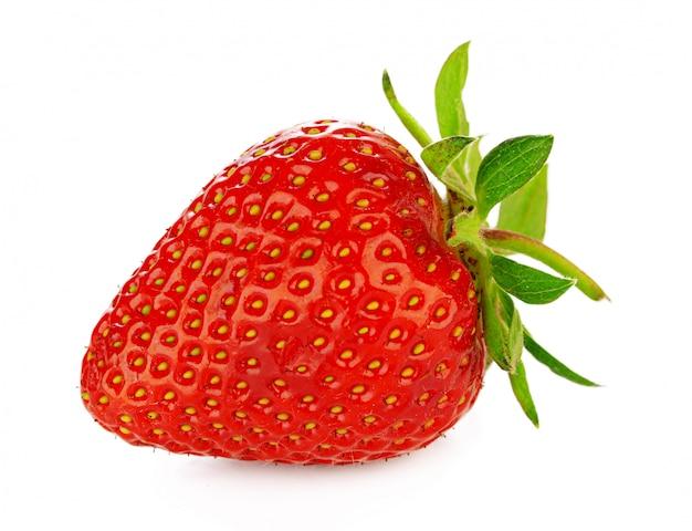 Erdbeere lokalisiert auf weiß