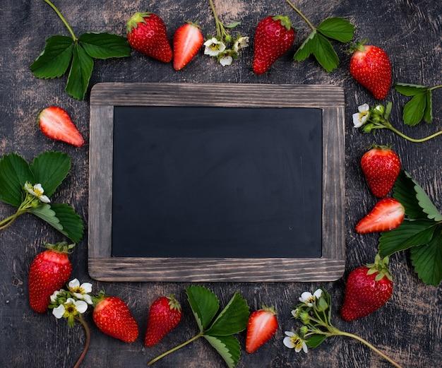 Erdbeere mit blättern und blüten