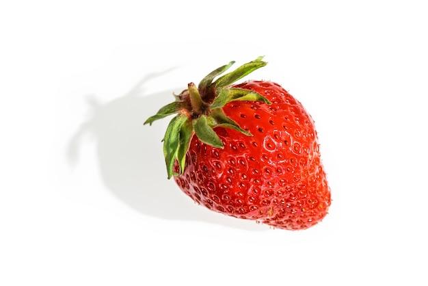 Erdbeere mit einem schatten auf weiß