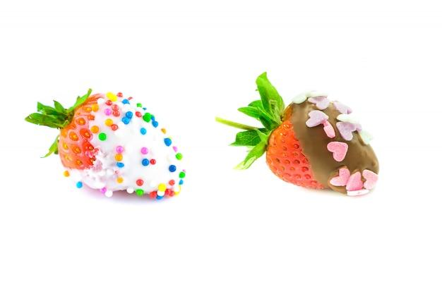 Erdbeere mit weißer und dunkler schokolade überzogen