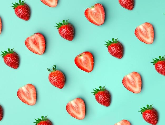 Erdbeere. muster von strawberrys auf blau