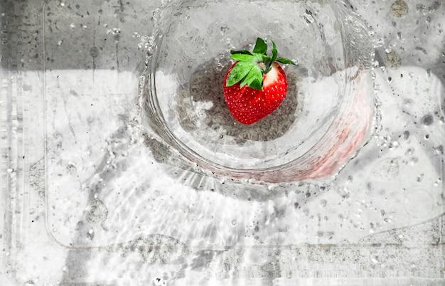 Erdbeere spritzt im wasser