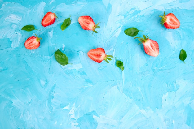 Erdbeere und basilikum auf blauem hintergrund