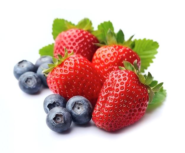 Erdbeere und blaubeere lokalisiert auf weißem hintergrund.