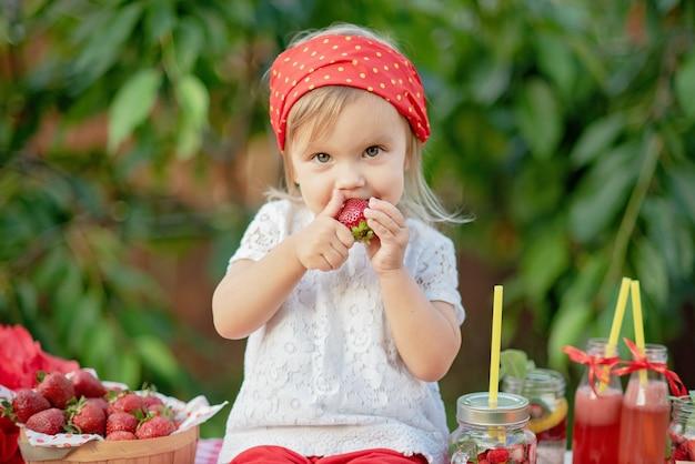 Erdbeere und minze gossen detoxwasser hinein.