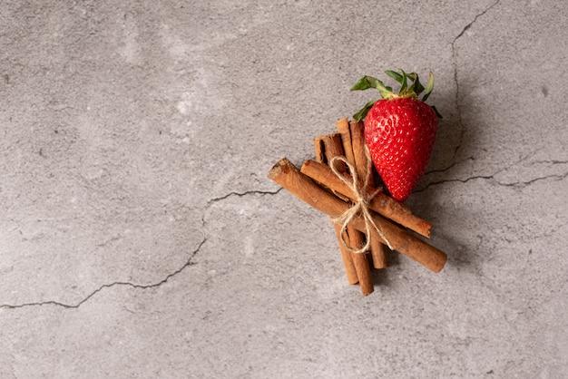 Erdbeere und zimt