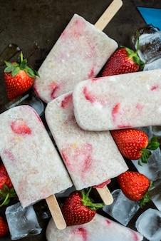 Erdbeereis am stiel mit chia seeds und kokosmilch