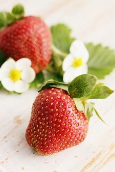 Erdbeeren auf einem holzbrett