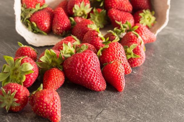 Erdbeeren auf einem holztisch