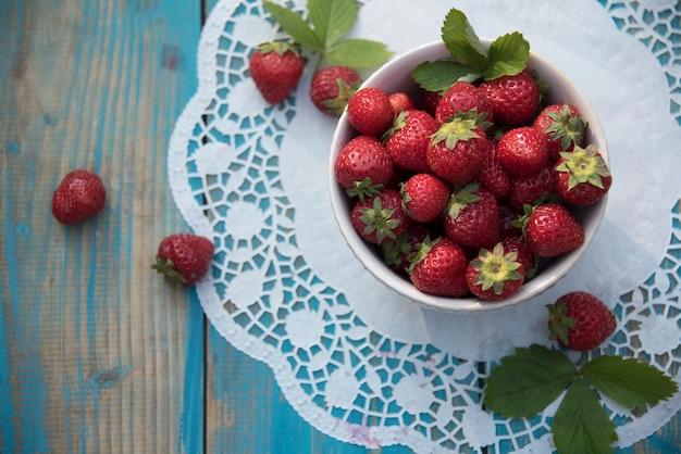 Erdbeeren auf einem vintage-tisch