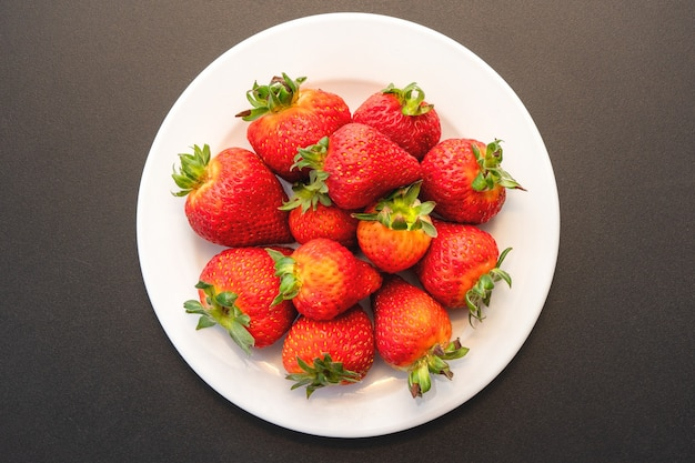 Erdbeeren auf einem weißen teller