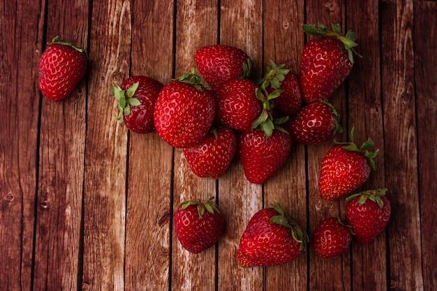 Erdbeeren auf einer holzoberfläche