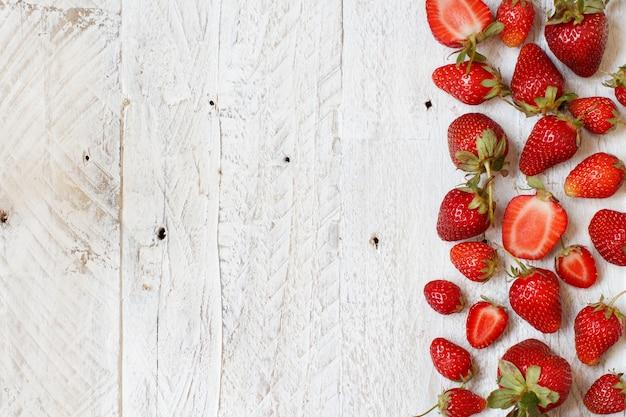 Erdbeeren auf einer weißen hölzernen tischoberansicht