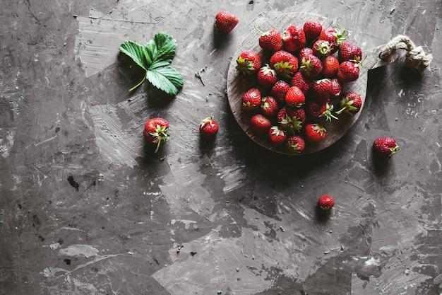 Erdbeeren auf grauem hintergrund. gesunde und frische lebensmittel, obst