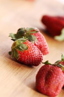 Erdbeeren auf holzoberfläche