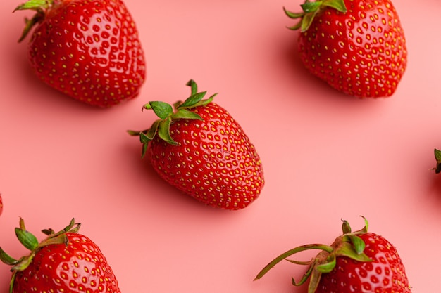 Erdbeeren auf rosa oberfläche