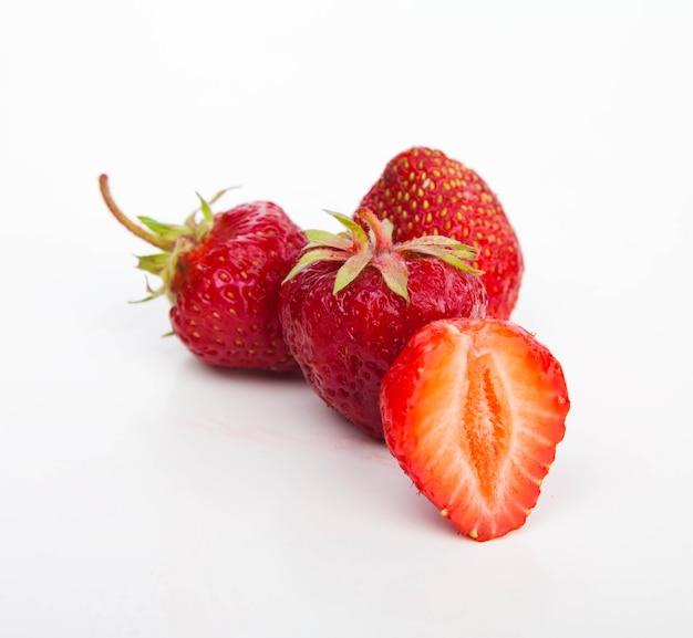 Erdbeeren auf weißem schnitt