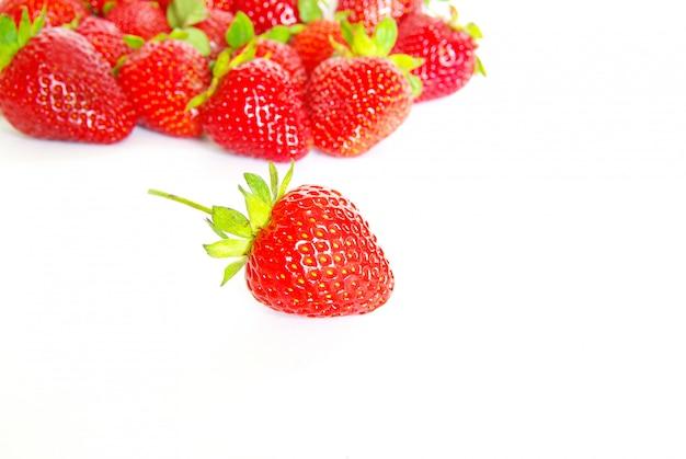 Erdbeeren auf weißer wand