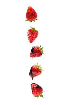 Erdbeeren fallen mit schokolade