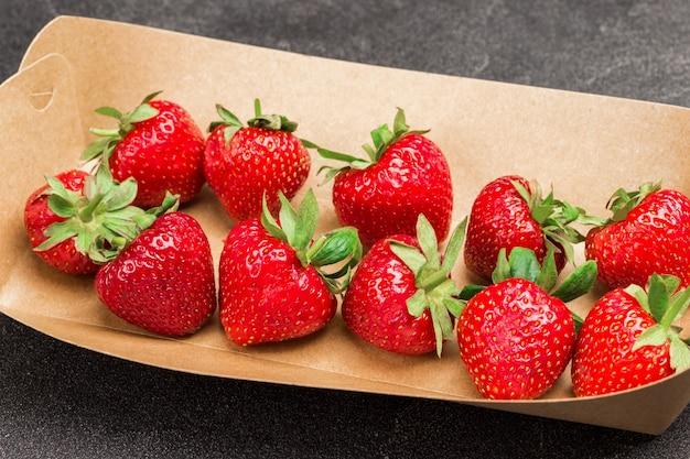 Erdbeeren im pappteller