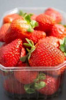 Erdbeeren im plastikkastensatzhintergrund. null-abfall-konzept, kein kunststoff