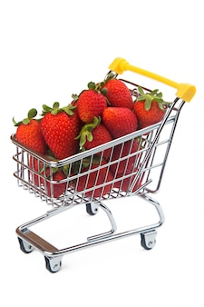 Erdbeeren im supermarktwagen