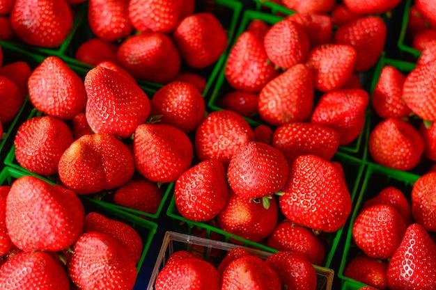 Erdbeeren in den grünen kästen im markt
