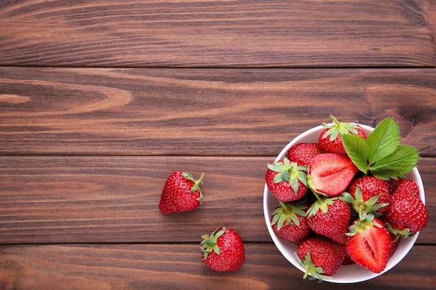 Erdbeeren in der brülle auf braunem hölzernem