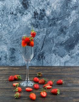 Erdbeeren in einem kristallglas mit scheiben