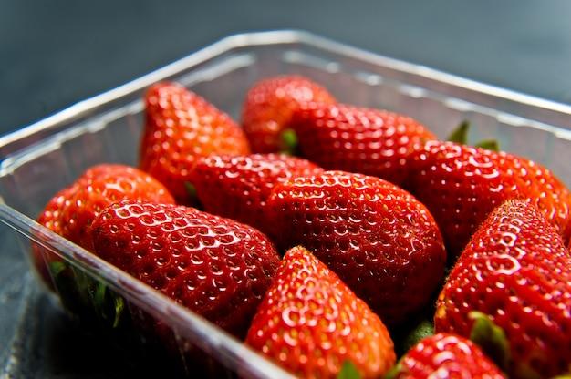Erdbeeren in einem paket mit einem offenen deckel, supermarkt.