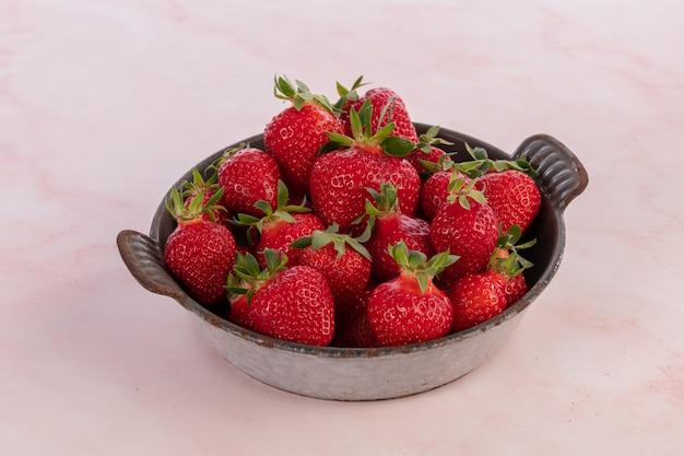 Erdbeeren in einer alten grau emaillierten schale