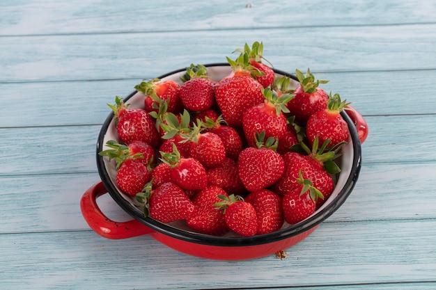 Erdbeeren in einer alten rot emaillierten schale