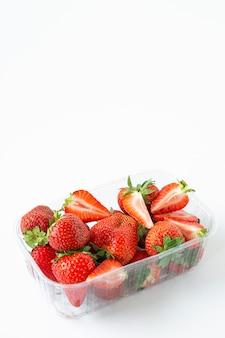 Erdbeeren in einer durchsichtigen plastikverpackung. sommersaison mit beeren.