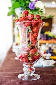 Erdbeeren in einer glasvase. das konzept der gesunden ernährung