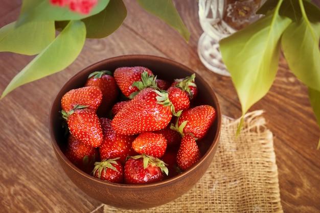Erdbeeren in einer schüssel auf holztisch