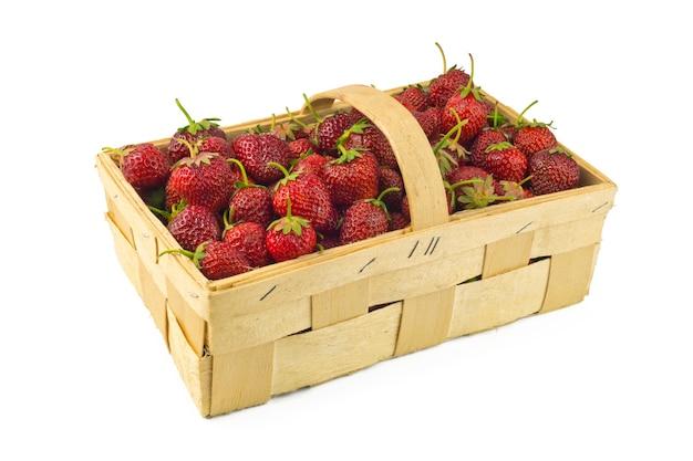 Erdbeeren isoliert im großen korb