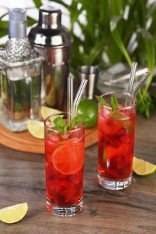 Erdbeeren kombiniert mit frischem saft und tequila-mojito-cocktail sind voller lebendiger limettenbeeren