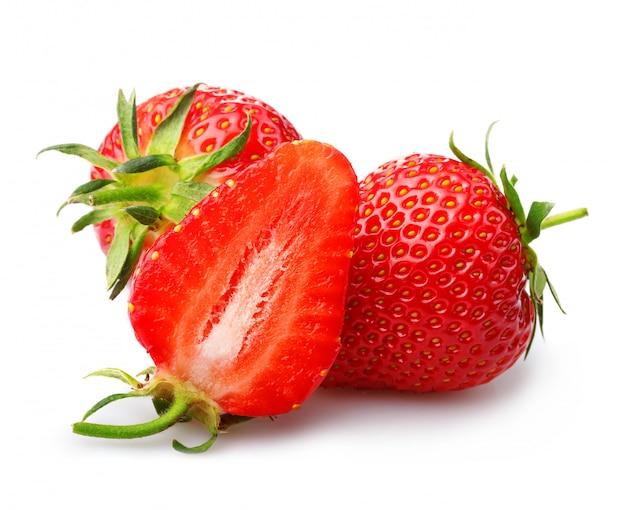 Erdbeeren mit den blättern und scheiben getrennt auf einem weiß